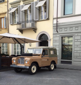 Tolken Pitti Land Rover outside JK. Photo Credit: @alessandrosquarzi